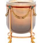 La «charka» o pequeña vasija cilíndrica de 5,9 cms. de altura y 4 de diámetro se usa en Rusia para beber vodka. Está hecha de ágata y recubierta de adornos de oro con esmeraldas. Usada en banquetes de bodas reales celebradas en Dinamarca. Pertenece a la princesa Benedikte. (Foto: Iben Kaufmann / Museo de Koldinghus)