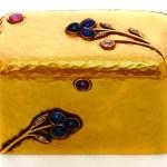 Pequeña caja de oro de 5,5 x 3,5 x 3,2 cms. adornada con zafiros, rubíes, brillantes y diamantes tallados a la Rosén. Pertenece a la princesa Benedikte. (Foto: Iben Kaufmann / Museo de Koldinghus)
