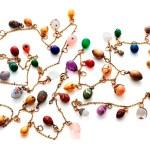 Collar de oro con 31 miniaturas diferentes de huevos de piedras preciosas como los zafiros, rubíes, perlas y amatistas. Pertenece a la princesa Elisabeth. (Foto: Iben Kaufmann / Museo de Koldinghus)
