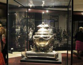 Un «bowl» o tazón para el ponche 65 cms. de alto y 55 de ancho, hecho en plata y adornos de oro. Propiedad de la Fundación del Cuerpo de oficiales de la Guardia Real danesa. (Foto: © M.Mielgo - JM Noticias)