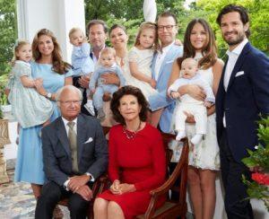 En la foto aparecen sentados al rey Carlos XVI Gustavo y la reina Silvia. Detrás de ellos está la princesa heredera Victoria con su hijo el príncipe Oscar en brazos y su marido el príncipe Daniel con su hija la princesa Estelle. A la derecha el príncipe Carlos Felipe con su esposa la princesa Sofía, que tiene en brazos al hijo de ambos, el príncipe Alexander. A la izquierda está la princesa Magdalena con su hija la princesa Leonore en brazos, y al lado de su marido el señor Christopher O'Neill con el hijo de ambos el príncipe Nicolas. (Foto: Cortesía Kungahuset / Anna-Lena_Ahlström)