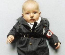 Faustina disfrazada de Hitler (Foto: Nina María Kleivan) Pulsar para ampliar