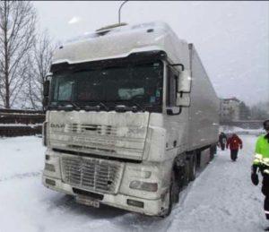 Este es el camión español que la lió parda en Oslo. La matrícula y las marcas de la empresa han sido veladas por la Policía para no desvelar su identidad (Foto: Cortesía de la Policía noruega)