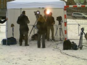 Los dos enviados (de TVE y de T5) intentan hacer su conexión después de la rueda de Prensa. (Foto: MM - ©JMNoticias)