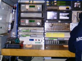 Dentro de la furgoneta que lleva la lanzadera está el panel de control y emisión de la señal al satélite. (Foto: MM - ©JMNoticias)