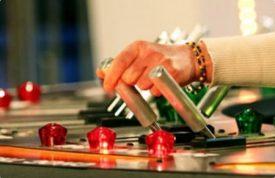 El participante tira del interruptor y castiga con una descarga a la víctima. (Foto: Captura de pantalla) - Pulsar para ampliar -