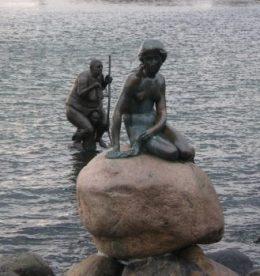 La famosa estatua de la «Sirenita» en compañía de su hermana fea. (Foto: Sevenmeters.net - JM Noticias)