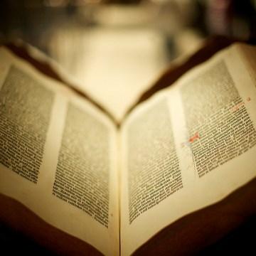 Biblia de Gutenberg. Foto de Benjamin Golub. Licencia CC BY-NC-SA 2.0