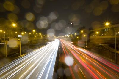 photo de nuit : le périphérique sous la pluie