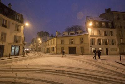 Paris la nuit sous la neige