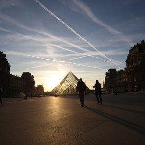 Perspective sur la pyramide du Louvre au soleil couchant