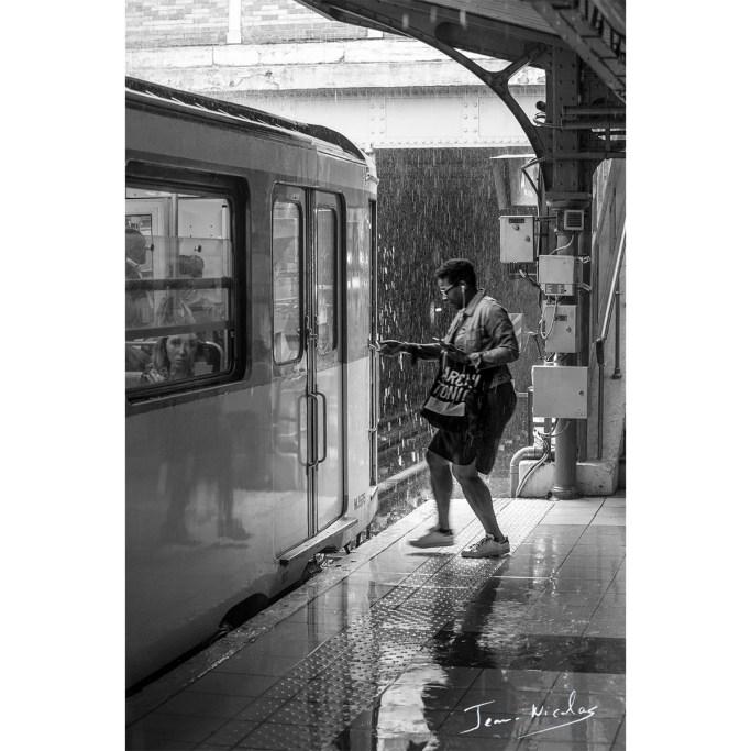 Sur le quai du métro, par une journée pluvieuse