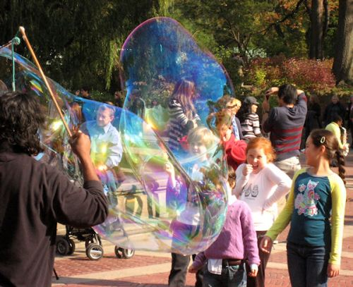 Photo of kids enjoying the bubble show at the Bethesda Fountain taken by Joana Miranda