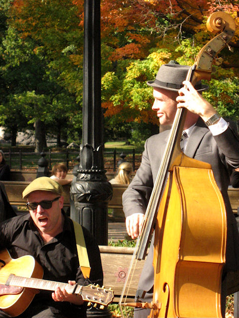 Photo of singing guitarist and double bass player in Central Park taken by Joana Miranda
