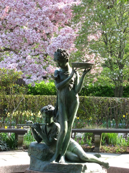 Photo of bronze statues playing the flute in the Conservatory Garden, photo taken by Joana Miranda