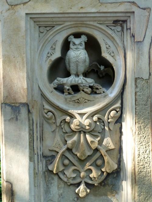 Photo of stone owl and bat at Bethesda Fountain, taken by Joana Miranda