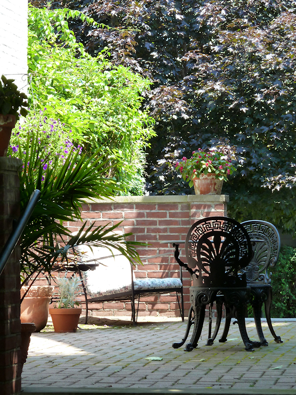 Photo of New England patio in the sun, taken by Joana Miranda