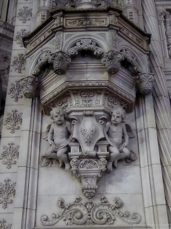 Photo of angels and stone carvings on Petrossian building, taken by Joana Miranda