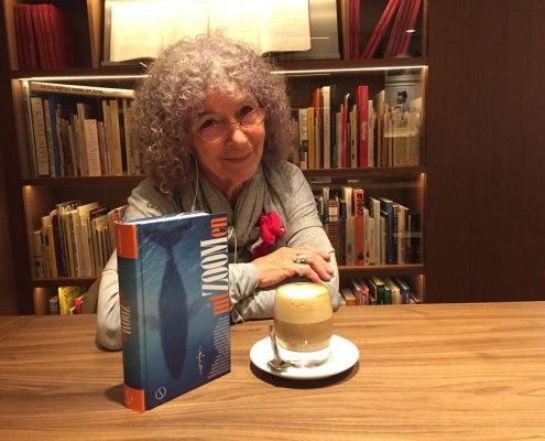 Joanika in de bibliotheek van het Ambassade Hotel in Amsterdam met het boek van Paul Smit