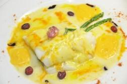 Bacallà confitat amb compota de poma, pil pil i esquitxos de salsa de piquillo