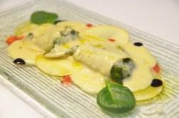 Canelons d'espinacs i formatge blau amb beixamel de poma