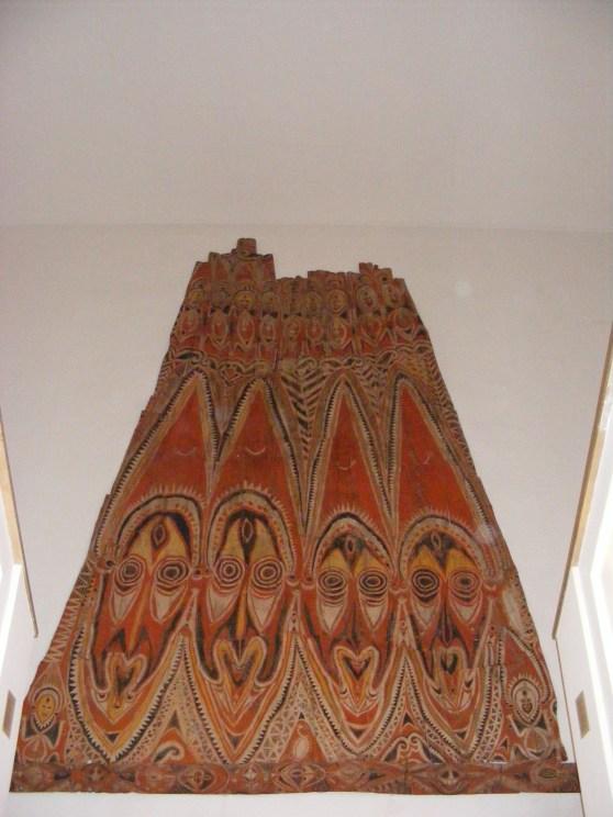 giebelwand_eines_zeremonial-giebelhauses_der_abelam_in_kinbangwa