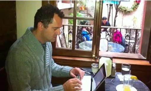 Artur Ribeiro escrevendo