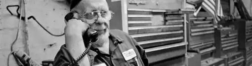 Um homem idoso fala ao telefone