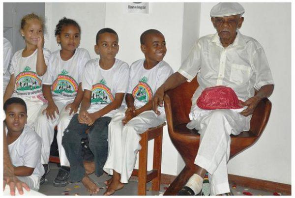93-anos-mestre-joo-pequeno-271210-foto-rita-barreto-8211-mestre-joo-pequeno-com-crianas-alunas-do-seu-centro-esportivo-de-capoeira-angola-eventos-agenda-noticias-atualidades