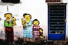 Pintura dos irmãos grafiteiros conhecidos como Gemêos na rua Silveira da Mota no bairro do Cambuci, onde eles residem. Com trabalhos expostos em galerias importantes e quadros valendo mais de 10 mil dólares na Europa, o que os irmãos mais gostam de fazer é grafitar o próprio bairro. A Nike está lançando uma linha de tênis assinada por eles.(São Paulo, SP, 18.10.2005, Foto de Joao Wainer/Folha Imagem)