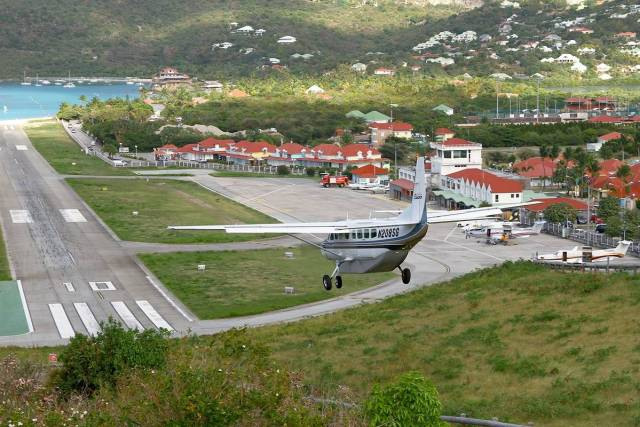"""Gustaf III Airport famous """"Dive to runway 10"""""""