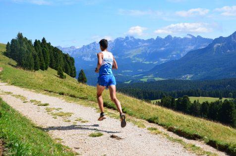 Läufer auf Forstweg mit Rosengarten