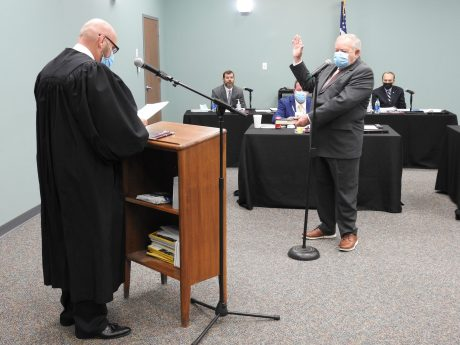 Commissioner Tony Braswell takes his oath of office from Superior Court Judge Tom Lock.