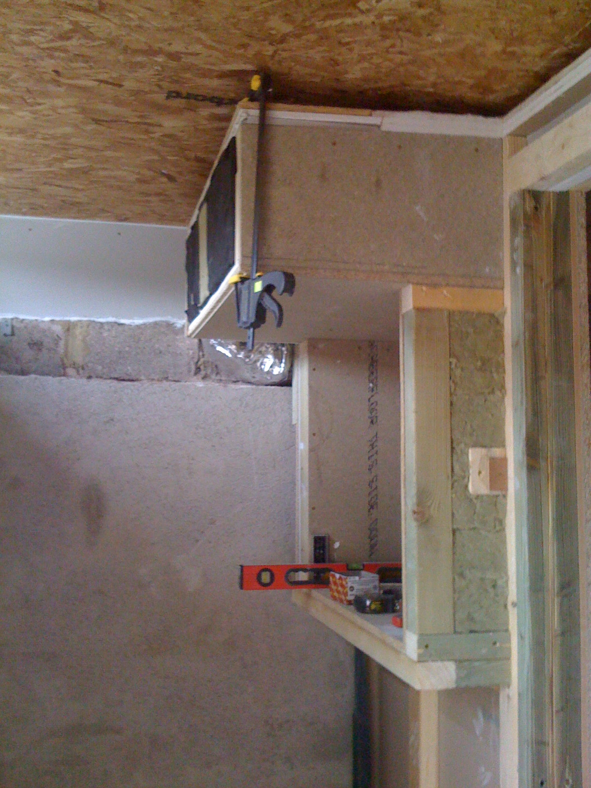Ceiling duct, drawing air into the live room air supply pipe
