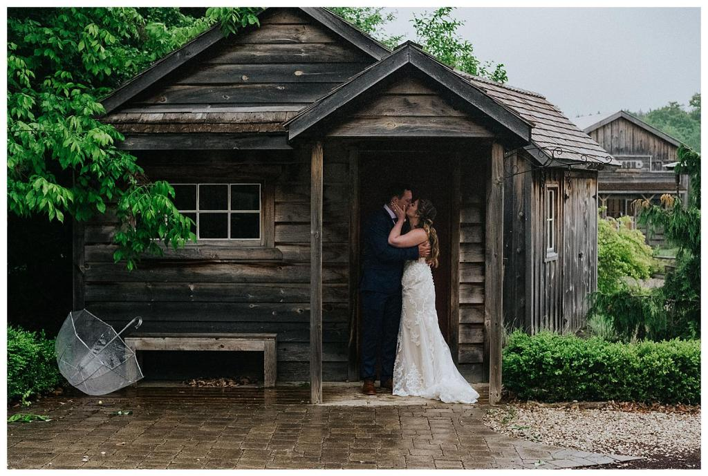 Kissing in the rain | Rainy wedding photo ideas | Hanover Wedding