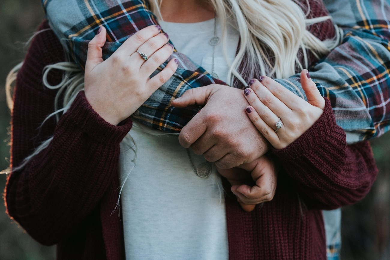 Engagement posing ideas | Fall couples photos | Engagement outfit guide