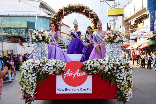 (Center)The reigning Miss Bohol 2018 Raclaire Stephan Dinsay Cesar Trigo happily poses for a photo together with her court on the AirAsia float.
