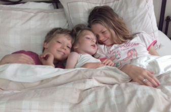 Met z'n drieën in het grote bed