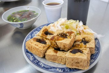 台中東區,花蓮瑞穗臭豆腐十甲店,維持內用湯品與飲品無限暢飲。
