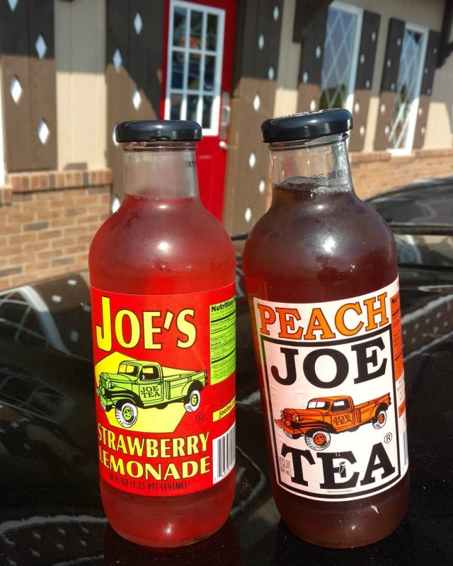 wanna try all the flavors.. cute bottles.. #vintagetrucks . . . . #vintagesoda #oldfashioned #oldfashionedsoda #lemonade #strawberrylemonade #peachtea #amish #joestea #joeslemonade #classictrucks #oldtrucks #tealovers #tea #coldtea #drinkporn #greentea #oldtimey #plaincityohio #glass #vintageglass #glassbottles #reddoor #joes #countrylife #sweettea #teatime #tealove #teas #classictruck