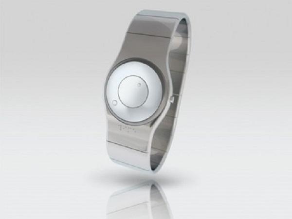 15ba304c4e4 O TACT é outro modelo interessante de relógio com indicação tátil para o  deficiente se orientar. O relógio de pulso que ainda está em busca de  patrocinador ...