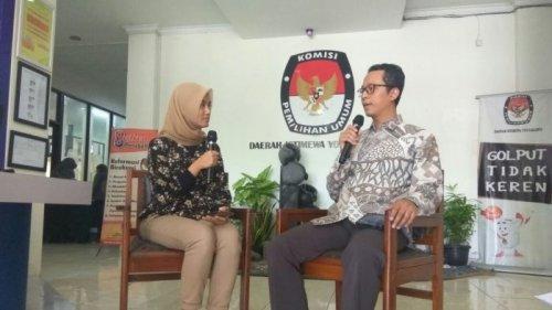 Ketua KPU DIY Hamdan Kurniawan kanan Tribun Jogja
