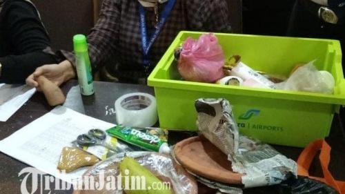 cobek ulek ulek dan buah mangga ditemukan petugas di embarkasi surabaya