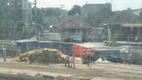truk pengangkut kayu terperosok di proyek underpass kentungan