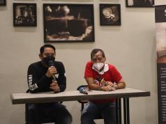 General Manajer Solia Zigna, Gusti Muchlis (kiri) berbincang dengan Pemred Majalah Exploria Bambang Mintosih