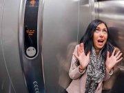 terjebak dalam lift