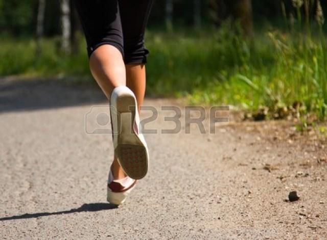 7494033-公園で走っている少女。実行しているアクティブな女性。自信を持って女�