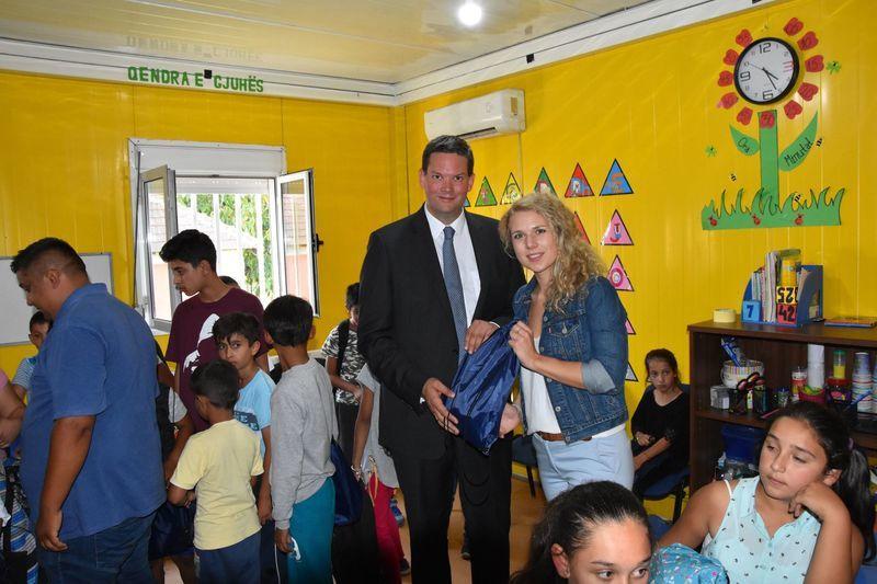 JVP brachte 100 Schultaschen in eine Roma-Schule im Kosovo