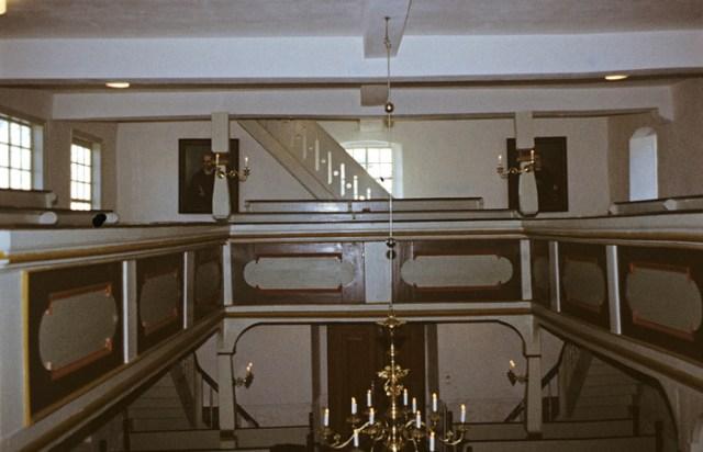 Die Kirche erstrahlt wieder in hellen Farben. Blick von der Orgelempore zum Ausgang.