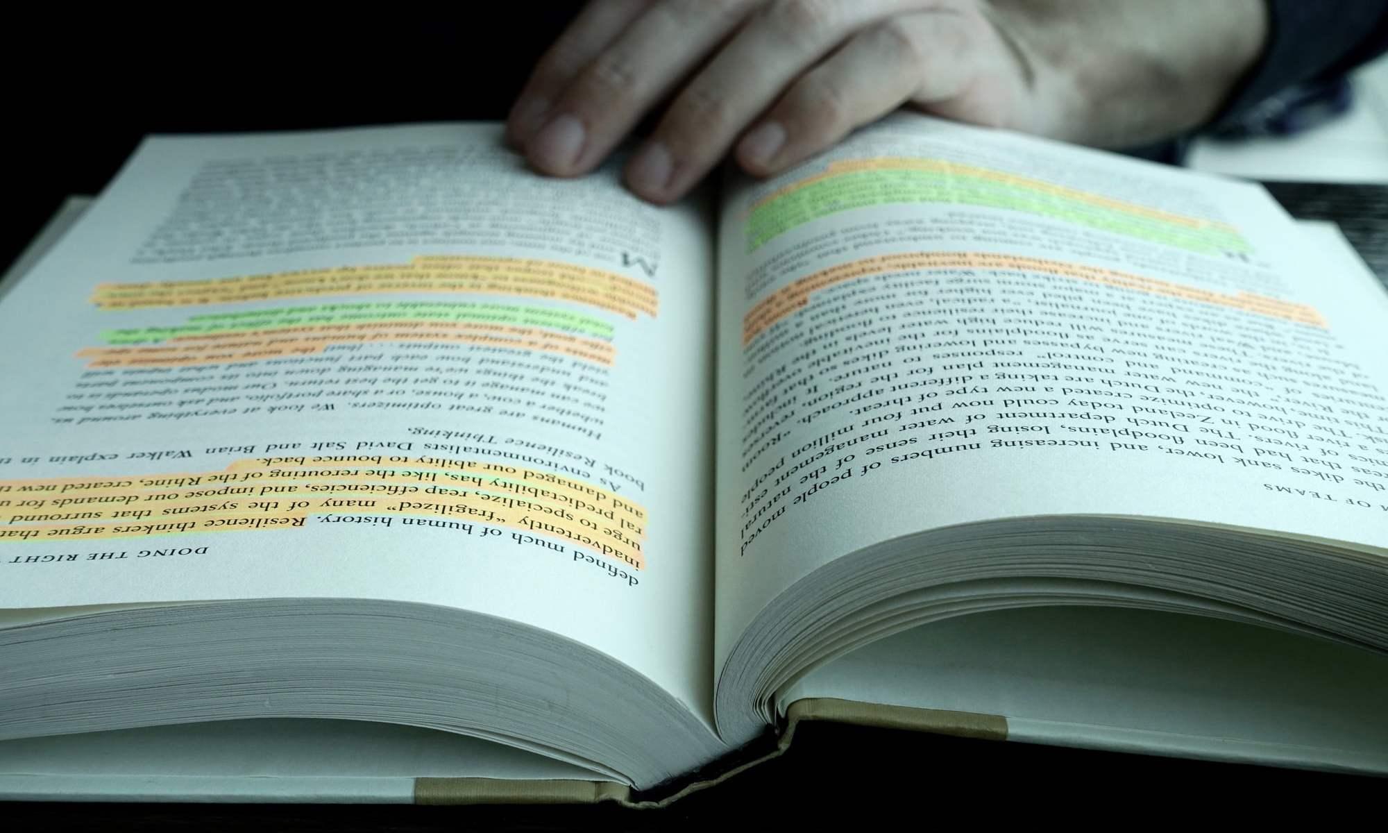 offenes Buch mit Markierungen